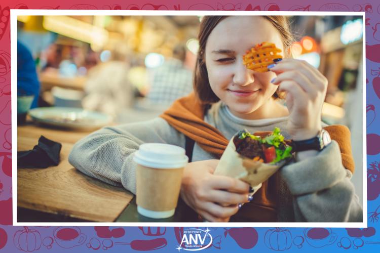 Garota com shawarma - Onde jantar em Foz do Iguaçu?