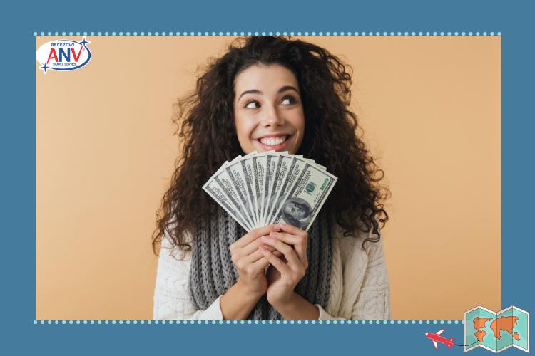 Mulher com dinheiro | Foto: Canva Pro | Dicas de viagem: como se preparar para visitar Foz do Iguaçu