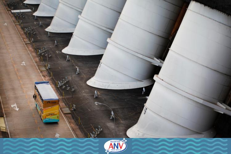 Ônibus passando pela estrutura da barragem de Itaipu | Itaipu Binacional Muito além do vertedouro