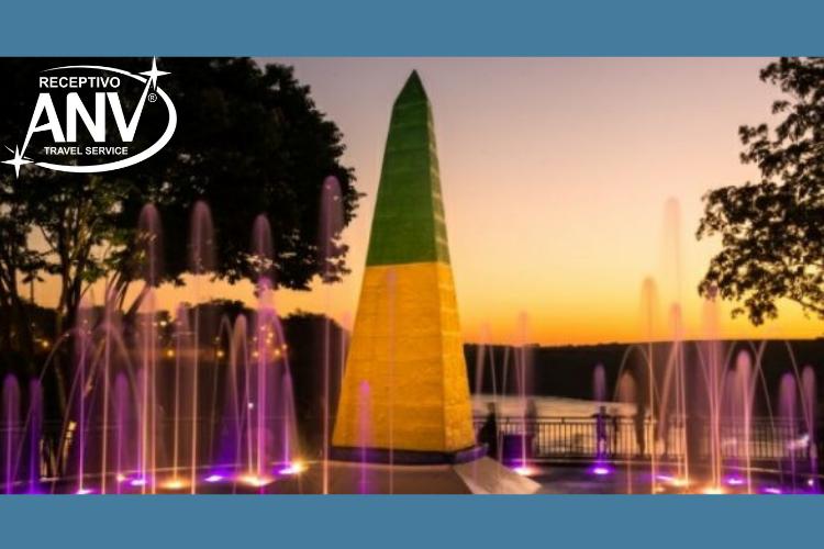 Obelisco, chafariz e luzes do Marco Brasileiro.